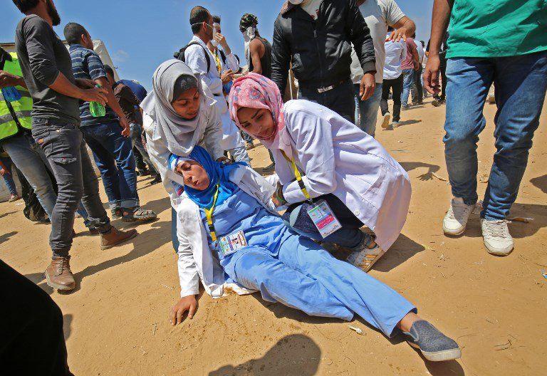 Médicos palestinos atienden a un colega herido durante enfrentamientos cerca de la frontera con Israel