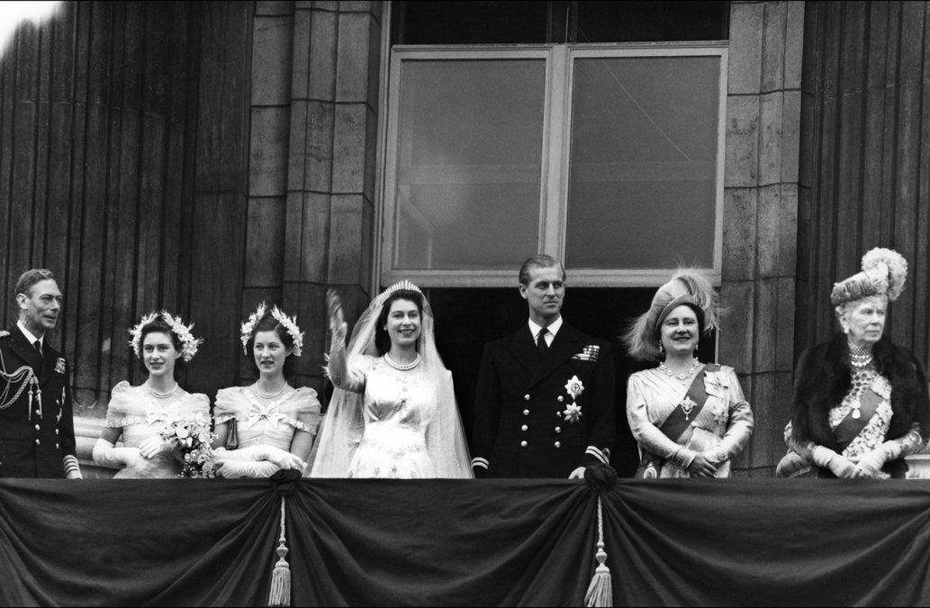 Plebeyos, neonazis y divorcios: tres generaciones de bodas reales en Gran Bretaña