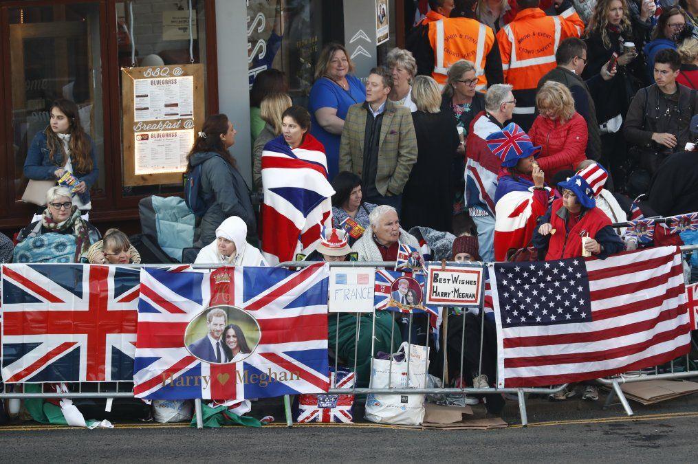 Banderas y todo tipo de merchandising para acompañar a los novios