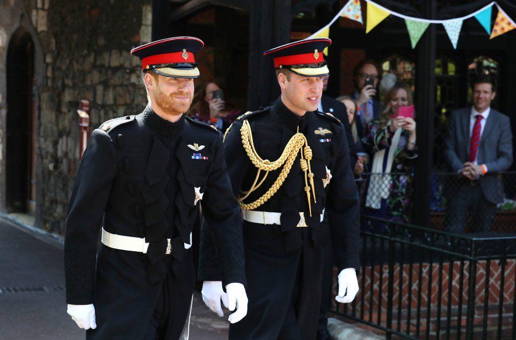 El príncipe Harry llega con su padrino