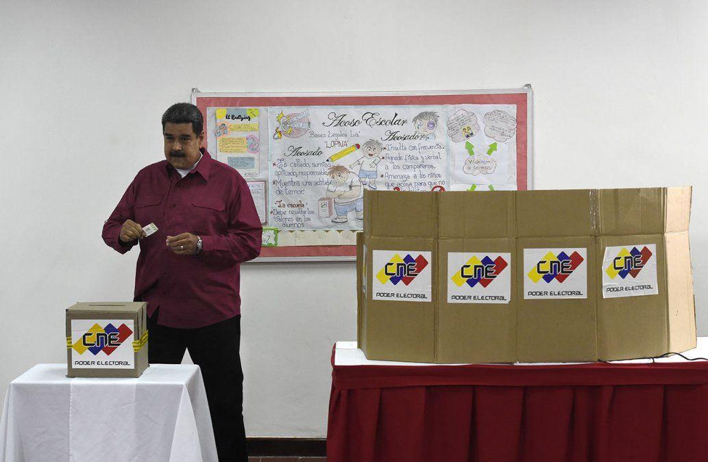 El presidente venezolano Nicolás Maduro deposita su voto en las elecciones de mayo de 2018.