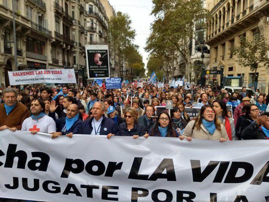 Miles de personas se movilizaron en Argentina contra la interrupción del embarazo