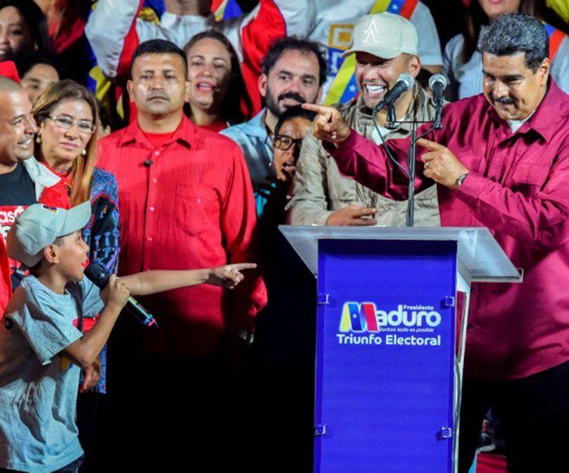 Nicolás Maduro da la clave a un niño en el acto de la victoria. El candidato bailó y cantó.