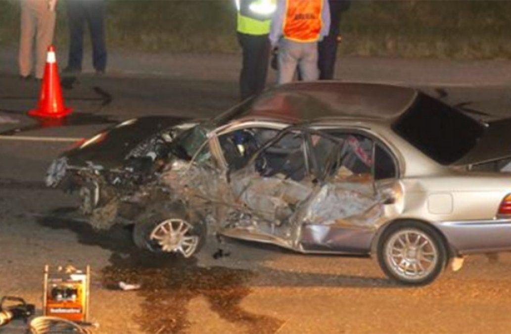 Chofer de auto murió y acompañante está grave tras chocar contra un camión