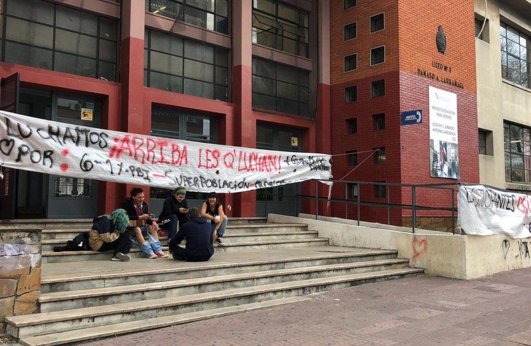 Estudiantes mantienen ocupado el Liceo Dámaso por segundo día