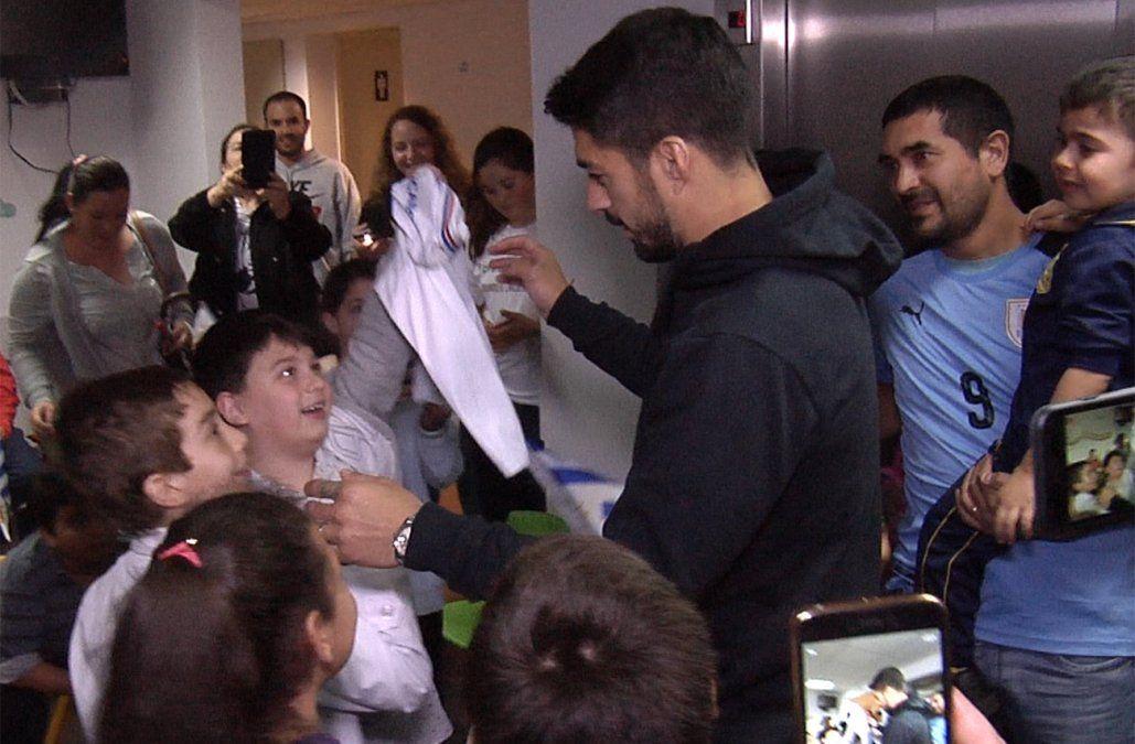 Suárez repartió autógrafos, fotos y consejos a los niños de la Pérez Scremini