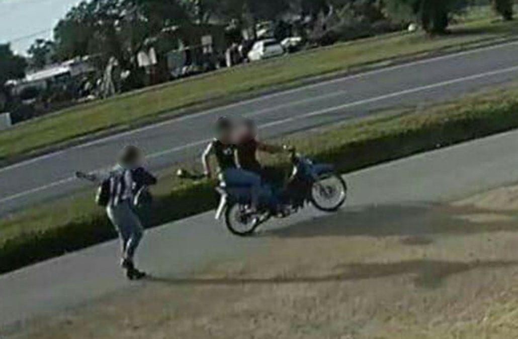 Imagen de la pareja captada por una cámara de seguridad el lunes de tarde cuando arrebataban la cartera a una transeúnte