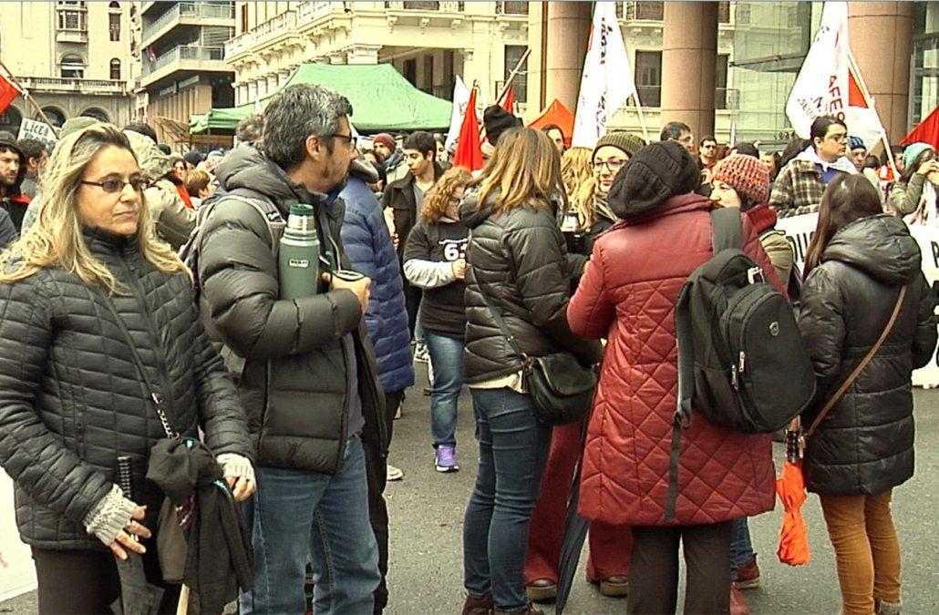 Docentes se movilizan frente a Torre Ejecutiva en reclamo de más presupuesto