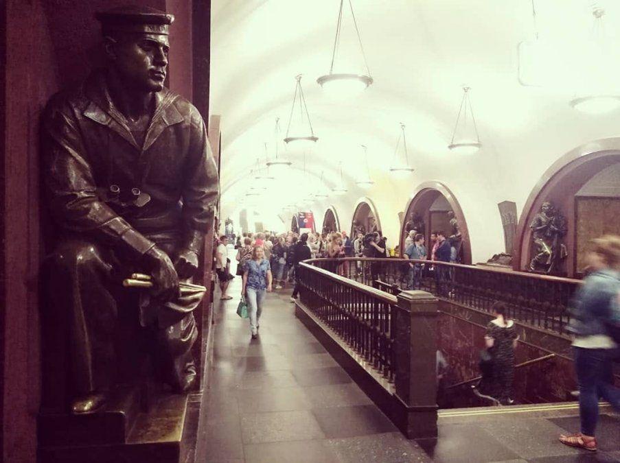 76 estatuas de bronce que representan al pueblo soviético están distribuidas por la estación