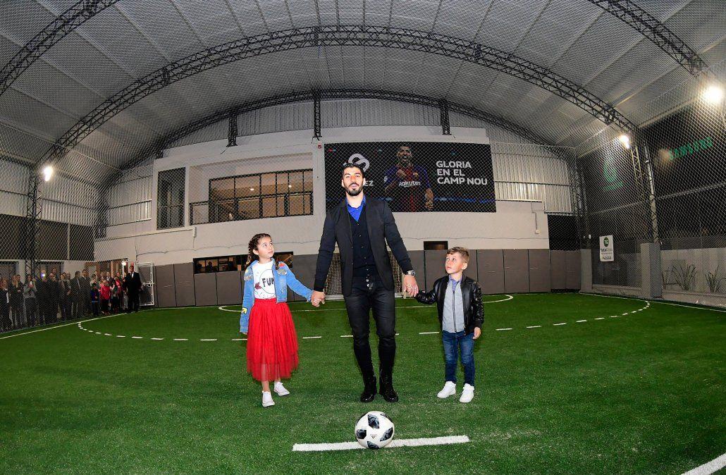 Luis Suárez cumple su sueño de niño inaugurando un complejo deportivo