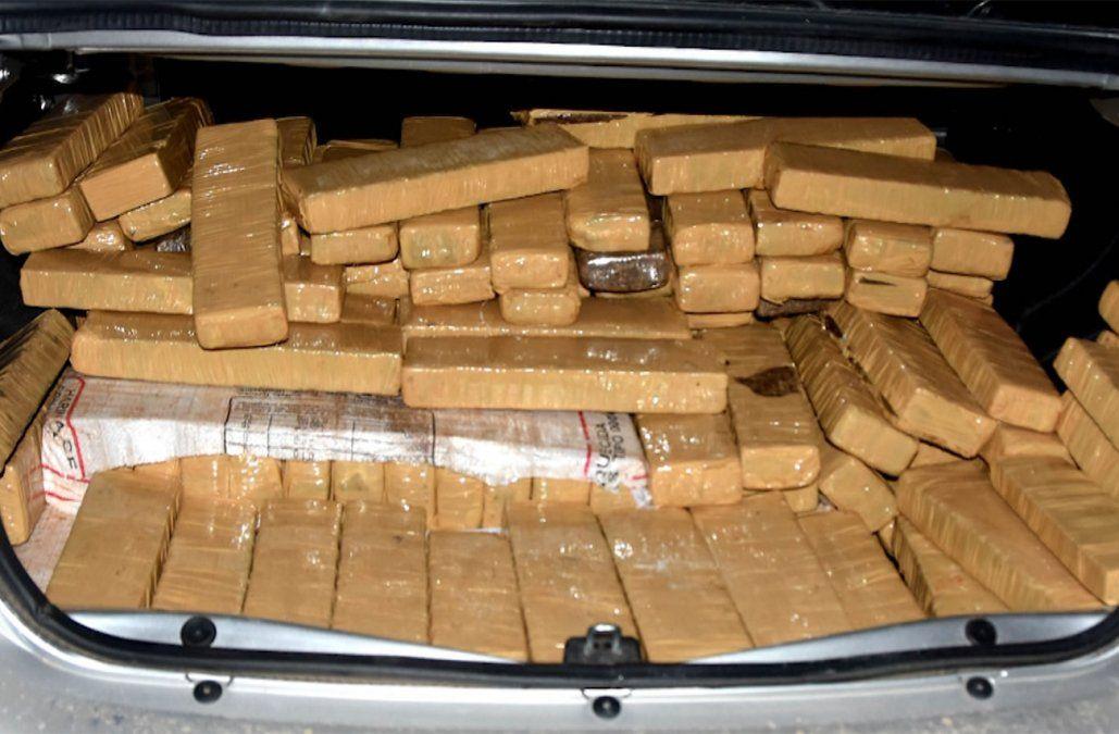 Incautan 351 kilos de marihuana en auto abandonado tras persecución en Rocha