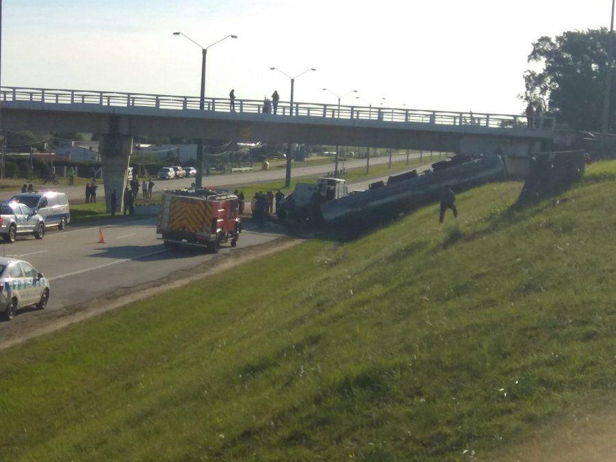 Camión cisterna cargado de aceite despistó y volcó en ruta 1