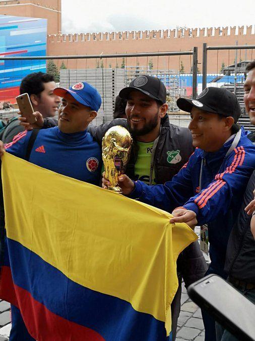 La fiesta del Mundial va tomando color con la llegada de los hinchas
