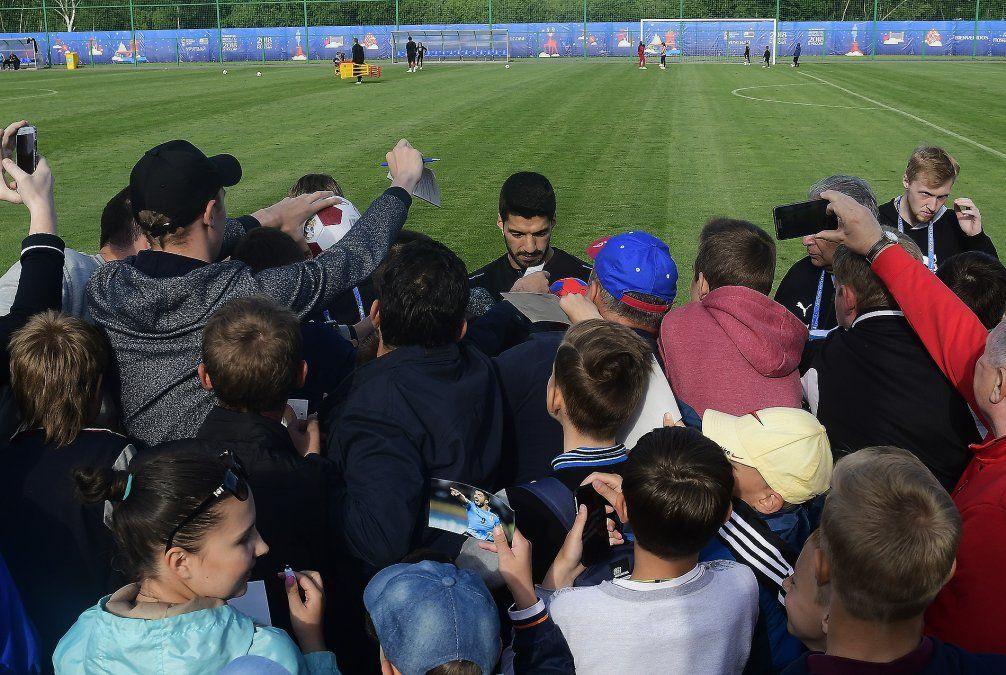 La celeste ya entrena en Rusia; ejercicio, familia y autógrafos