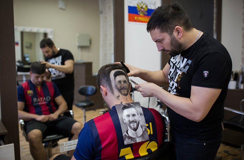 Un peluquero diseña a Messi y a Ronaldo en las cabezas de sus clientes en Serbia