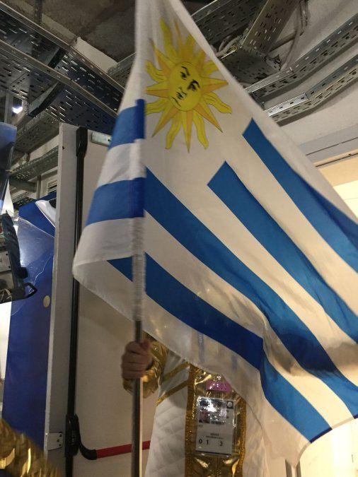 Así entró la bandera de Uruguay en el ensayo general de la apertura del mundial