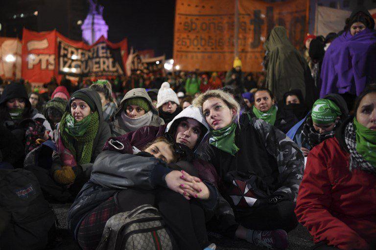 Activistas esperan en las afueras del Congreso en Buenos Aires