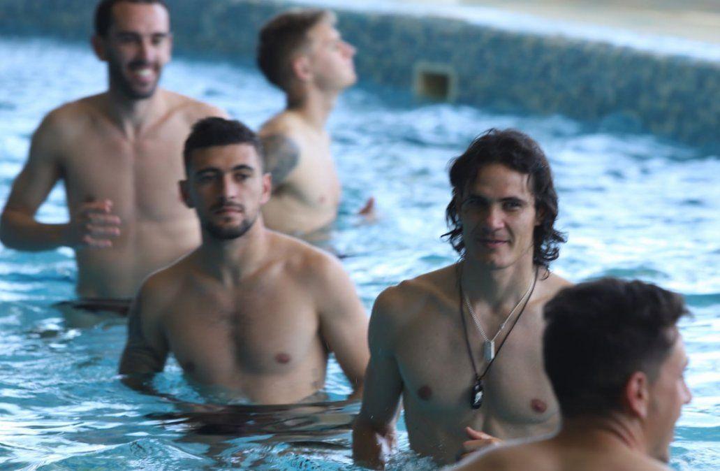 Los jugadores en la piscina haciendo trabajos regenerativos.(Foto: Twitter @Uruguay)