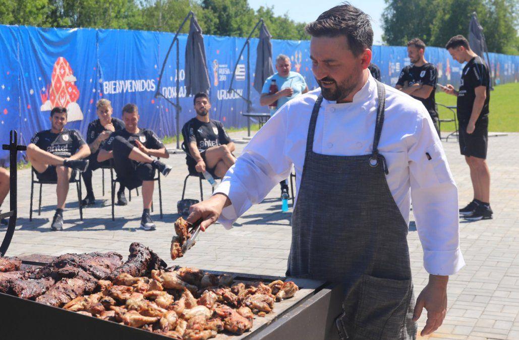 La selección uruguaya disfruta de un asado realizado por el chef Aldo Cauteruccio (Foto: Twitter @Uruguay)