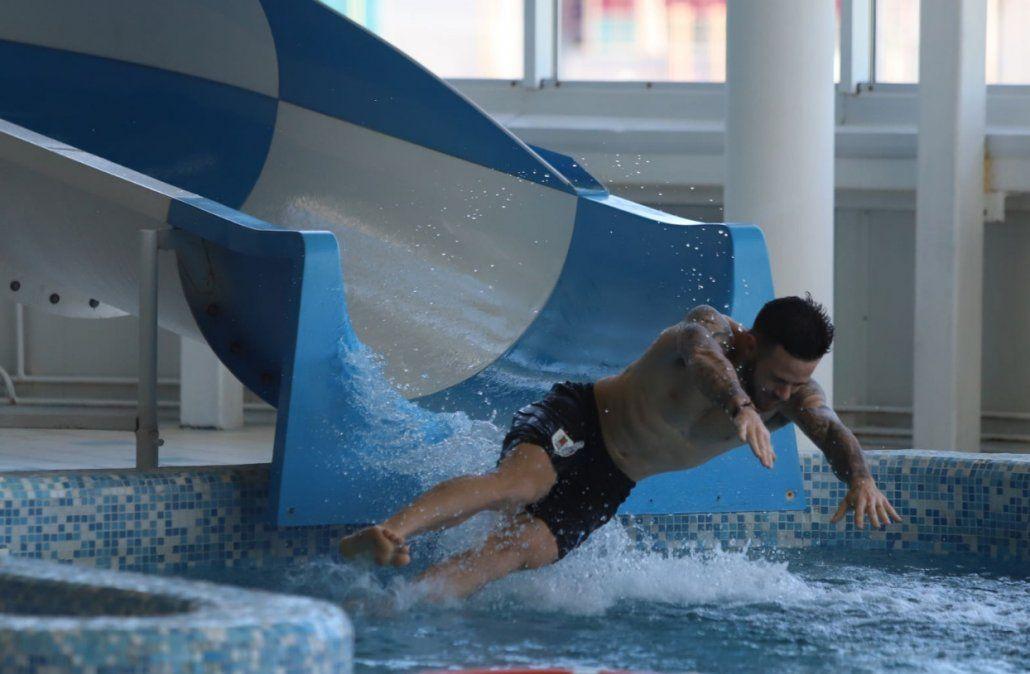 Los jugadores estuvieron en la piscina para hacer trabajos regenerativos. (Foto: Twitter @Uruguay)