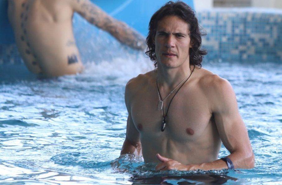 Cavani en la piscina (Foto: Twitter @Uruguay)