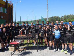 altText(El plantel de Uruguay disfrutó un asado para celebrar la victoria ante Egipto)}