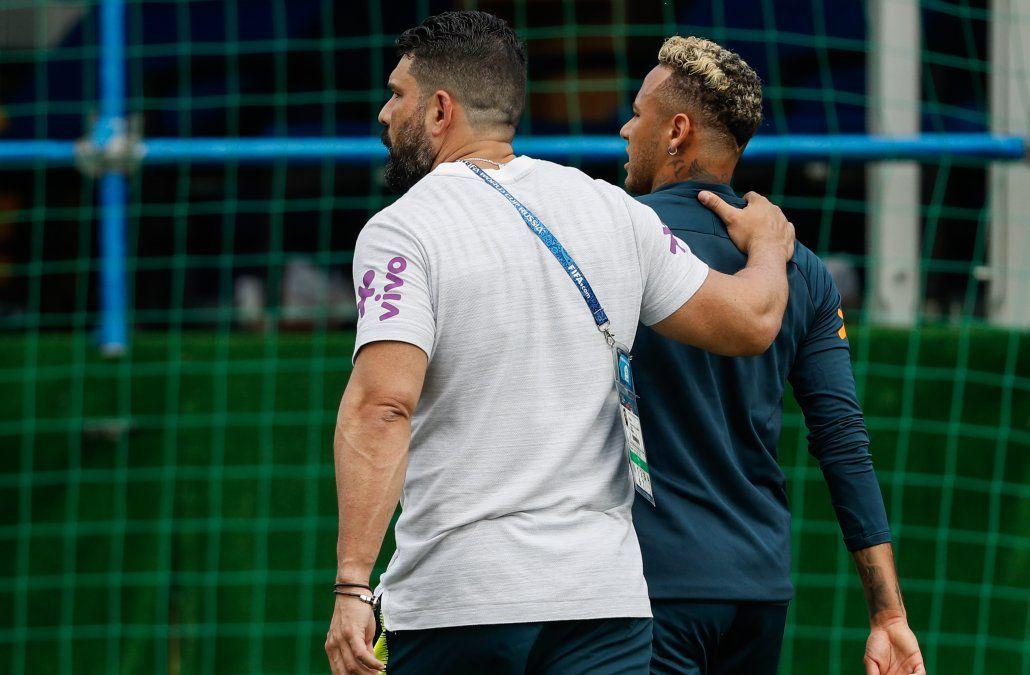 Neymar se retiró rengueando del entrenamiento y vuelve a preocupar a Brasil