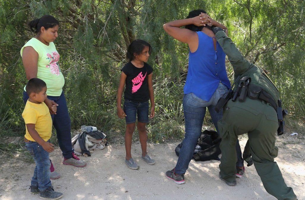 Inmigrantes son detenidos bajo la mirada de sus hijos en Texas.