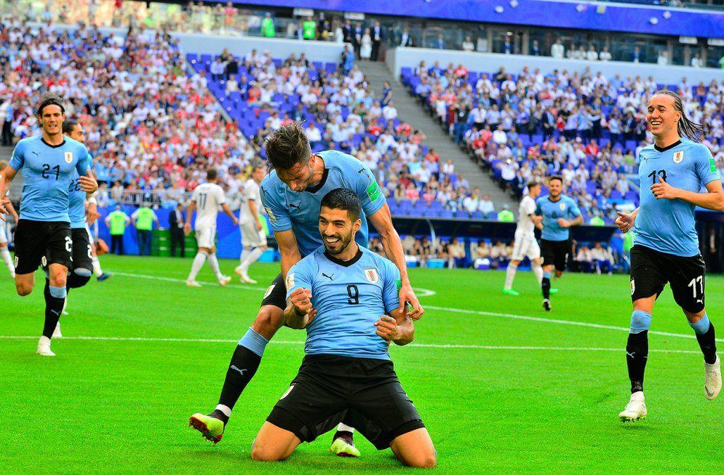 Uruguay goleó a Rusia 3 a 0 en un partido perfecto y terminó primero en su grupo
