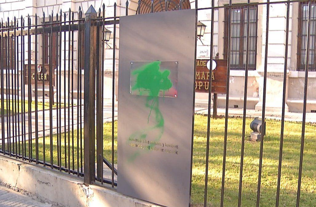 Militar retirado imputado por daño agravado tras vandalizar placas de la memoria