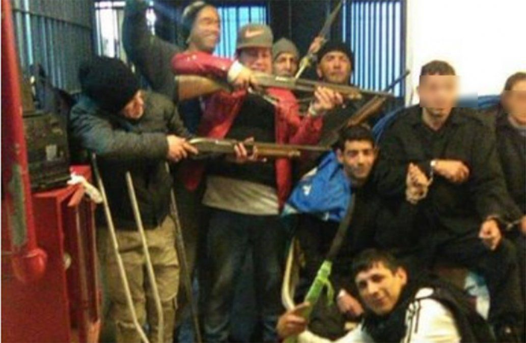 Presos amotinados liberaron a una policía pero mantienen a otros dos rehenes