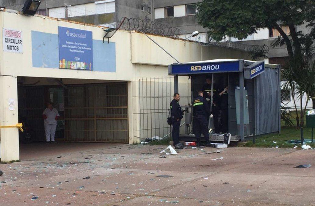 Explotaron un cajero pero dejaron abandonados los cofres en una cuneta