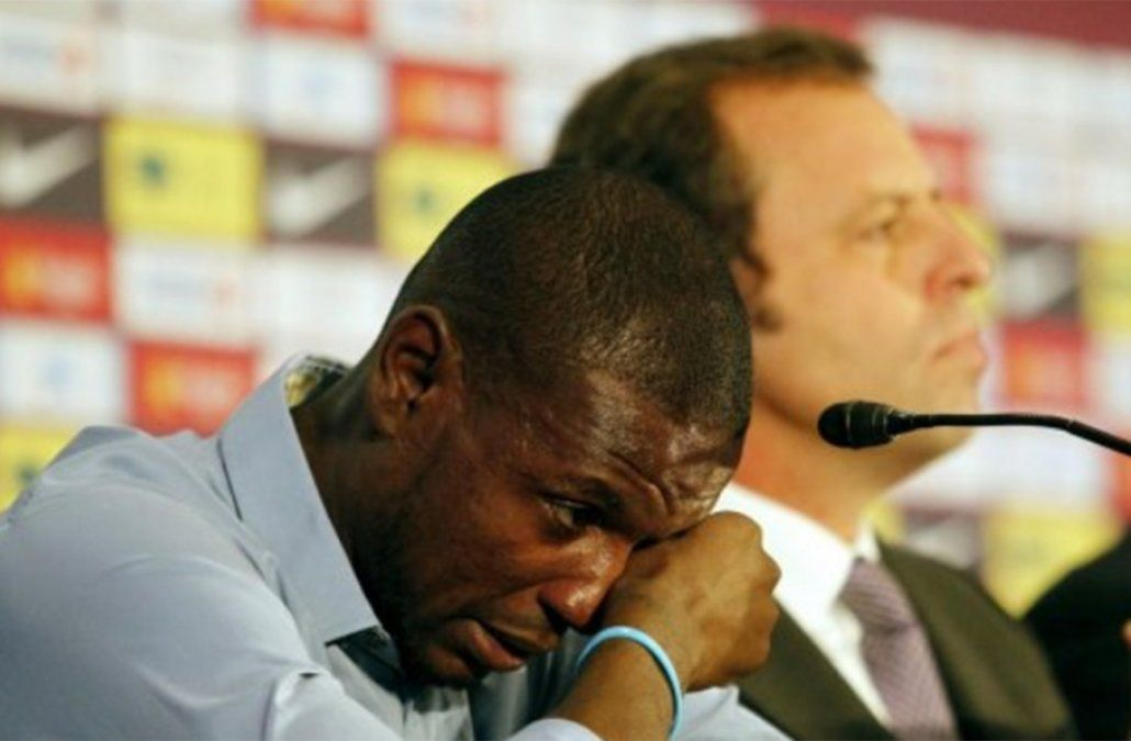 Eric Abidal llora al dejar contra su voluntad Barcelona como jugador en 2013. Ahora volvió como ejecutivo.