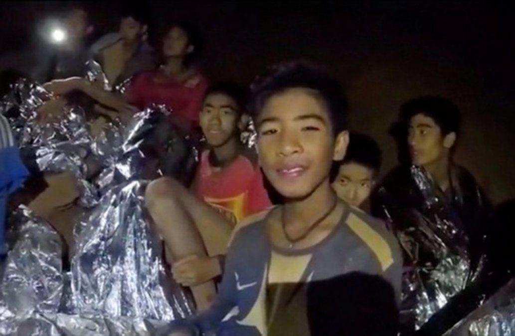 Nuevo video muestra a niños atrapados en la cueva cubiertos con capas de aluminio