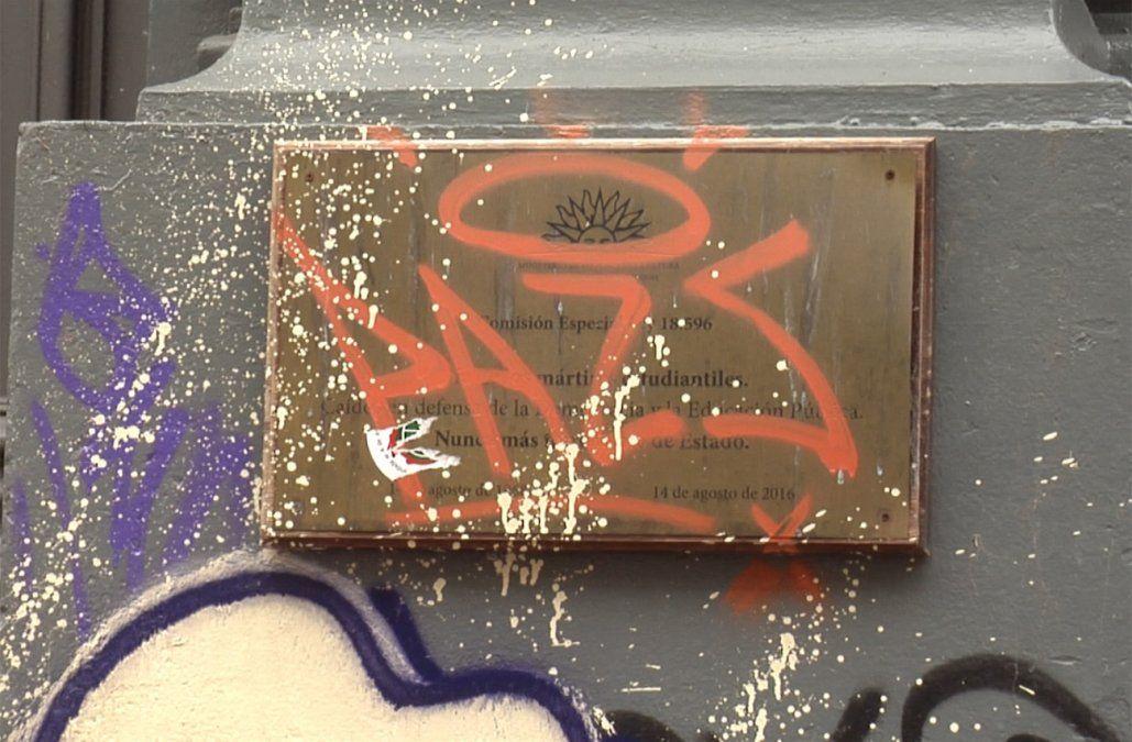 Vandalizaron con grafitis otras dos Placas de la Memoria