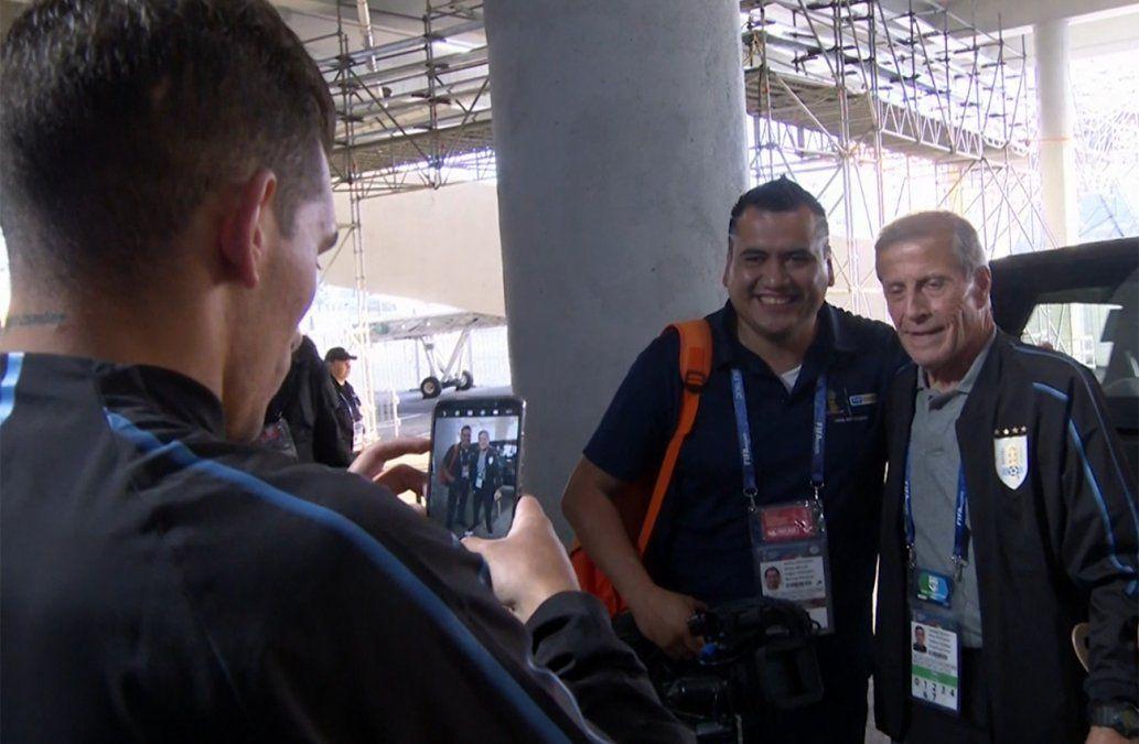 Torreira cambió roles con un periodista para tomarle una foto con Tabárez