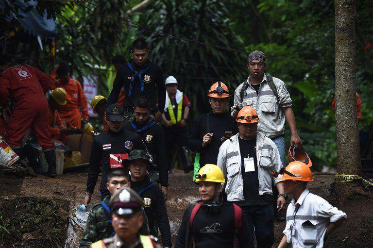 Murió uno de los buzos que intentan rescatar a los 12 niños de una cueva en Tailandia