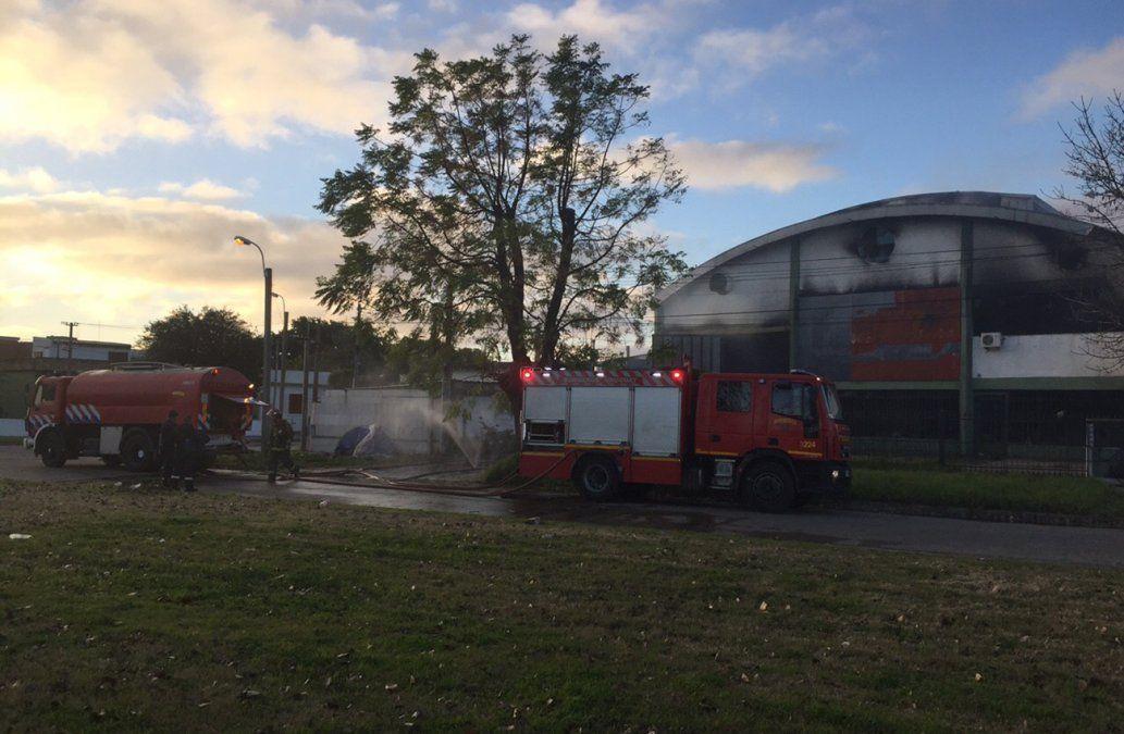 Bomberos controló incendio en fábrica de productos químicos