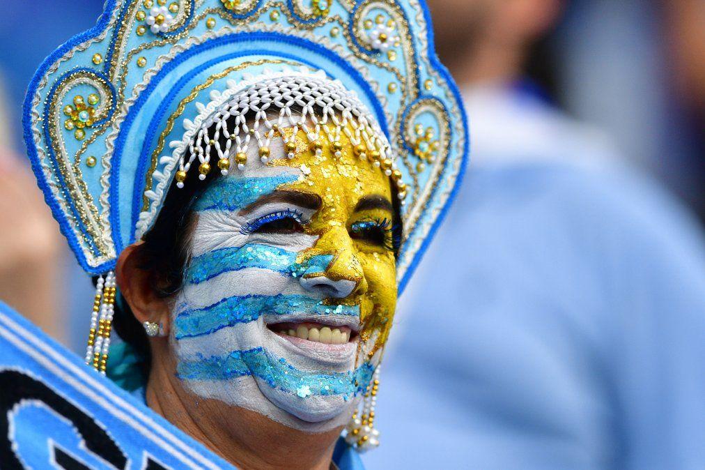 Hinchas uruguayos y franceses expectantes en el estadio de Nizhni