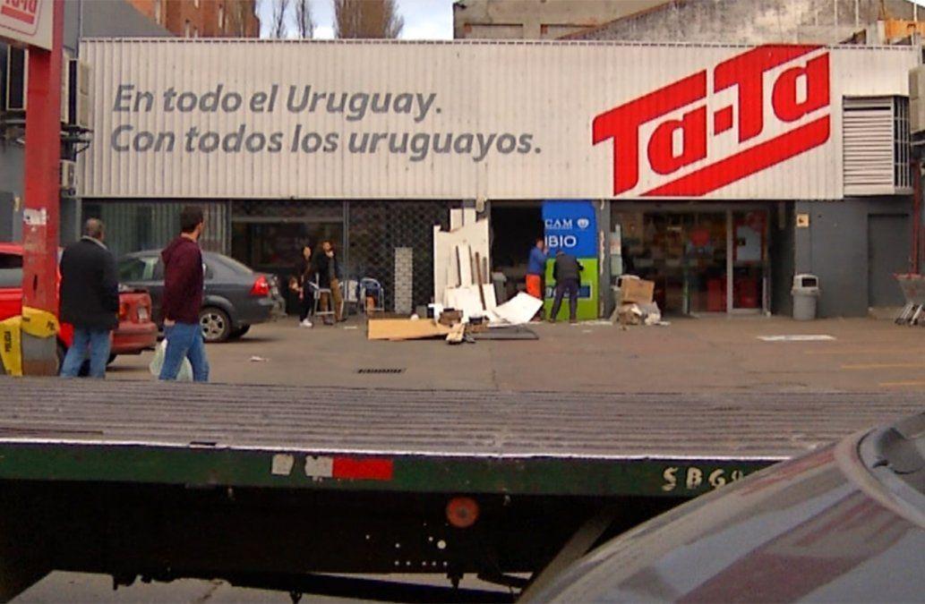 Incrustaron una camioneta contra un local de pagos para llevarse el dinero