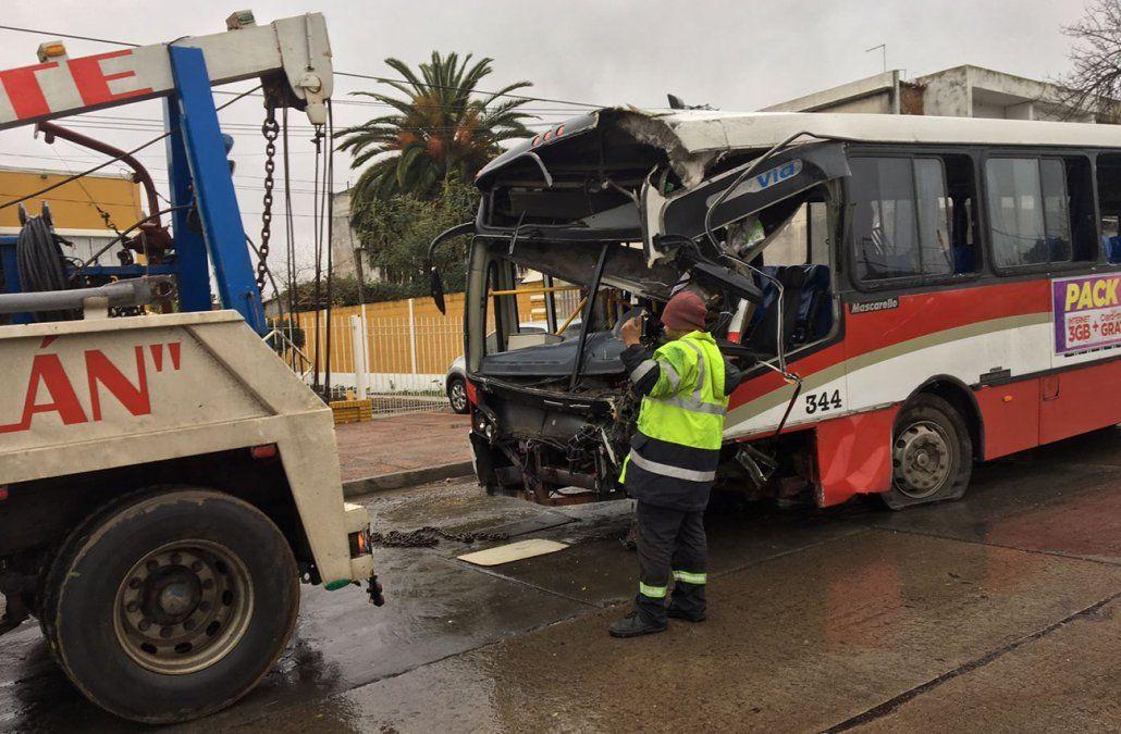 Espectacular accidente entre dos ómnibus dejó a dos trabajadores heridos