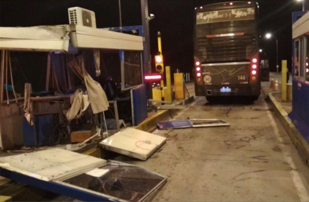 Un ómnibus iba con la bodega abierta y se llevó puesta una caseta del peaje