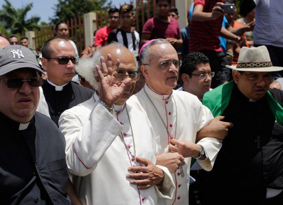 Paramilitares irrumpen en una iglesia y agreden a jerarcas católicos en Nicaragua