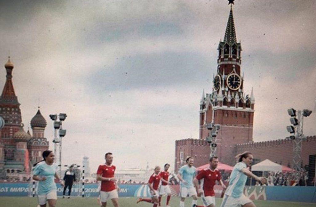 Forlán disfrutando su status de leyenda FIFA en la Plaza Roja