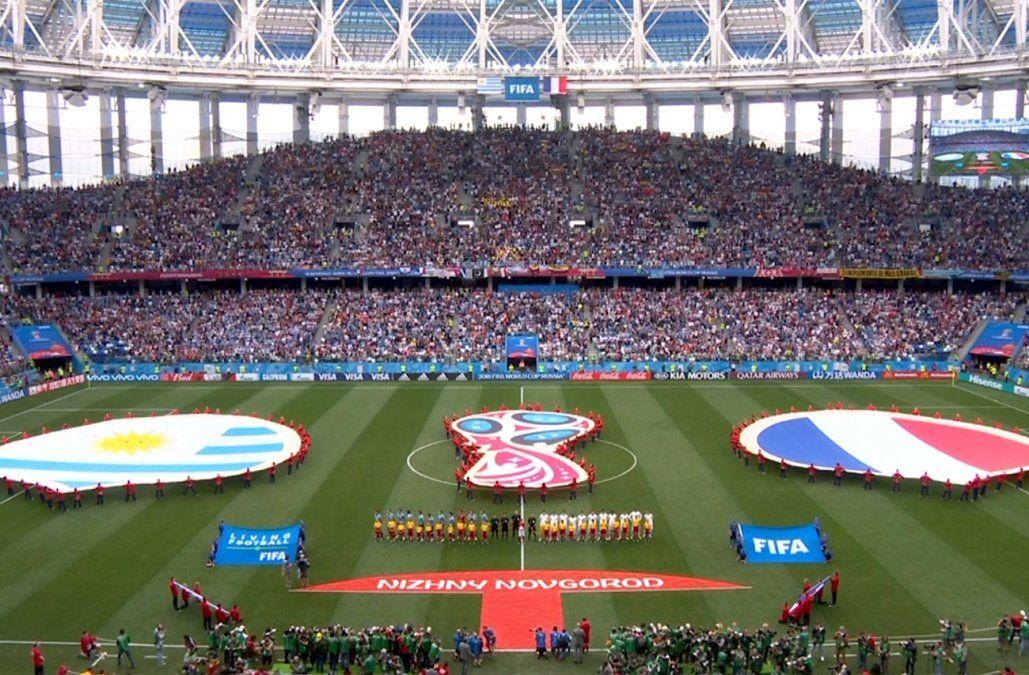 FIFA multó a la AUF con 50.000 dólares por las tobilleras de Cáceres y por llegar tarde