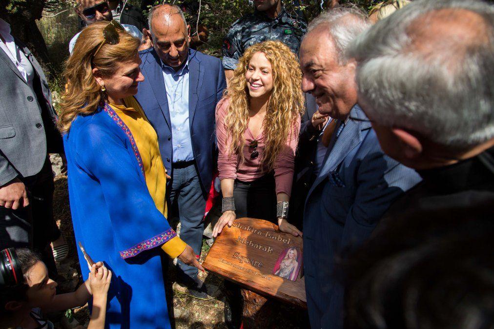 Shakira visitó el pueblo de su abuela paterna en Líbano, y plantó dos árboles