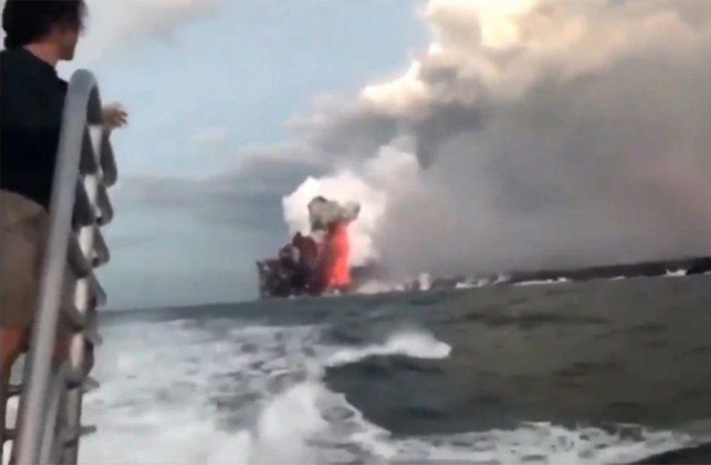 Bomba de lava impacta contra barco turístico en Hawai y deja 23 heridos