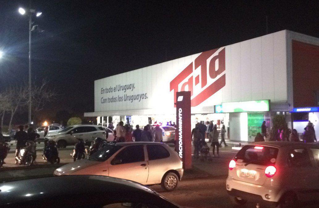 Cuatro delincuentes armados asaltaron un supermercado en Salto