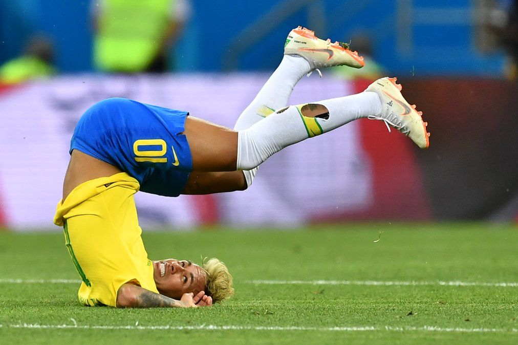 Neymar se burla de sus caídas en la cancha junto a grupo de niños en Instagram