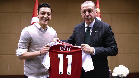 """Mesut Ozil comunicó que deja la selección alemana """"debido al racismo"""""""